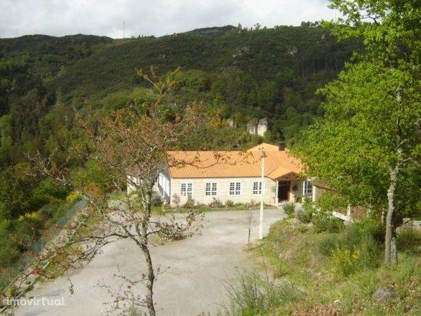 A quinta com 1.6 hectares, construção de 2 pisos com área total 607 m2