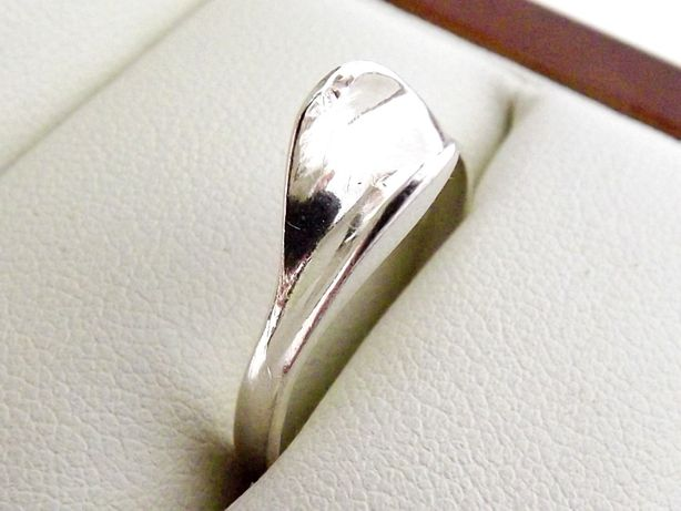 Ciekawy Srebrny Pierścionek 1,93G 925 R20