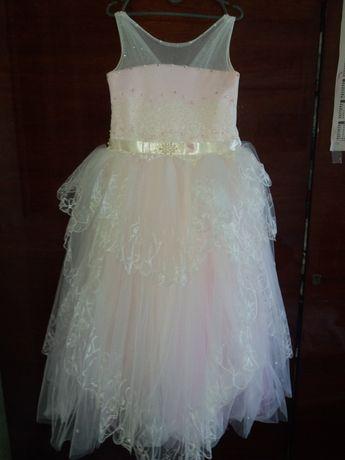 Розовое бальное платья.