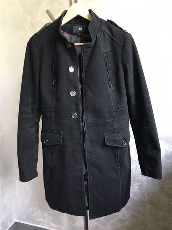 Czarny, zasuwany płaszcz