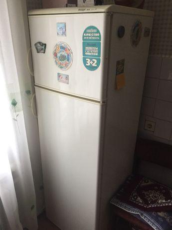 Продам холодильник. Требует ремонта.
