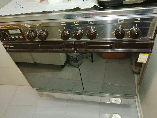 Vendo fogão mais exaustor em segunda mão, bastante estimado.