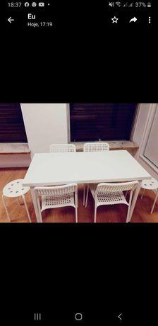 Mesa com 4 cadeiras (oferta + 2 bancos a condizer) impecável