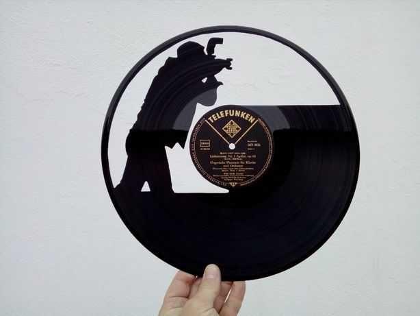 Silhueta decorativa fotógrafo feita de um disco de vinil LP