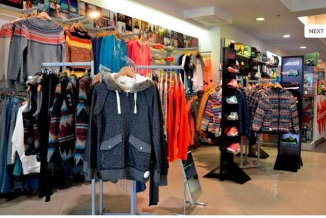 Торговое оборудование б/у (торговые стеллажи) в магазин одежды и обуви