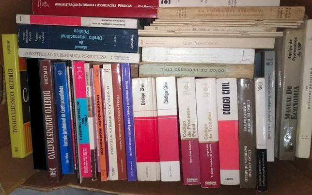 Lote de livros de Direito + Economia / Gestão