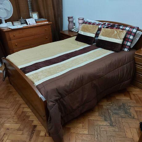 Cama casal em madeira maciça com estrado e com gavetas