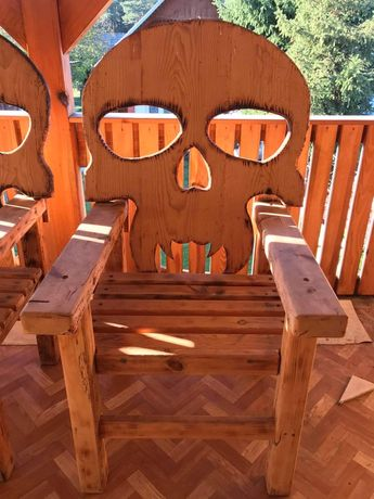Krzesla drewniane z motywem czaszki