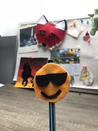 Ozdoba na ołówek z filcu emoji handmade
