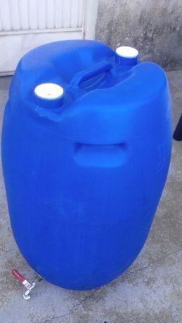 Vidão de plástico usado para armazenar água no campismo