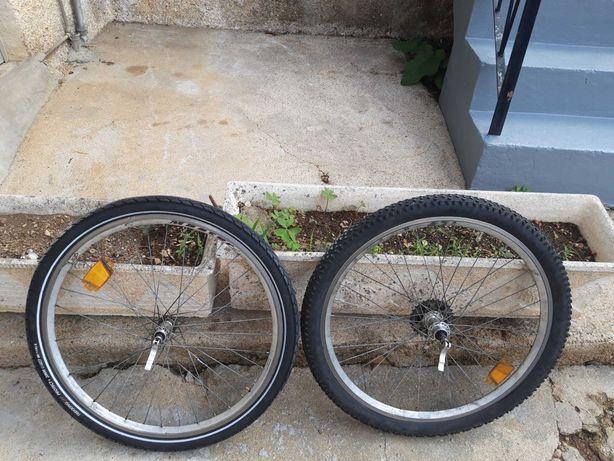 2 rodas de bicicleta usadas (tamanho 26)e pneus