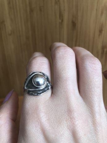 Srebrny pierścionek robiony przez metaloplastyka rozmiar 15-16
