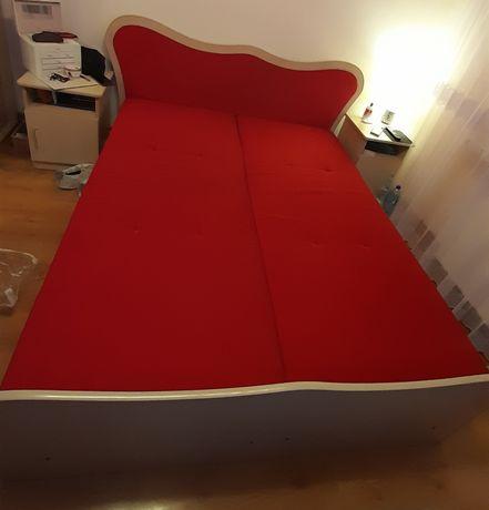 Łóżko tapczan koloru czerwonego