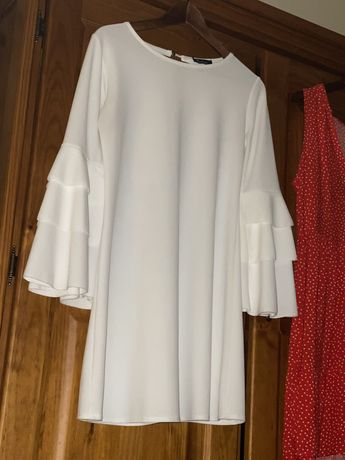 Vestido branco . Mangaa 3/4 e folhos muito giro . Tecido suave.