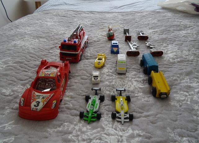 Zabawkowe samochodziki wyścigówki znaki służby bezpieczeństwa kolejka
