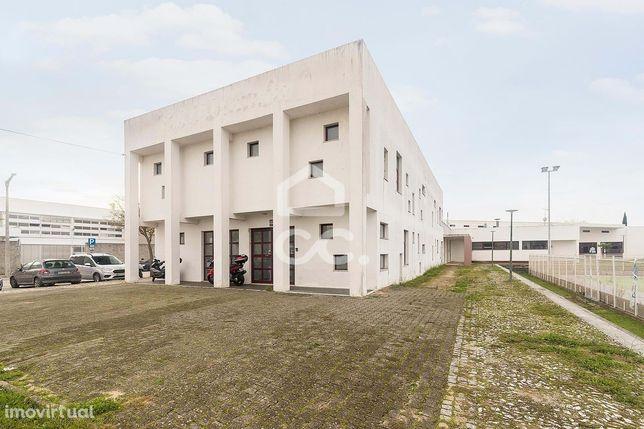 Edifício de escritórios, de 2 pisos, amplo e bem conservado | PITE (Év
