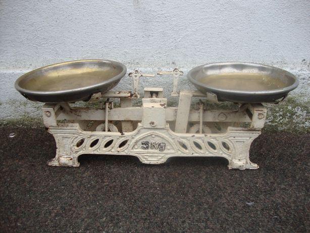 Balança antiga de dois pratos