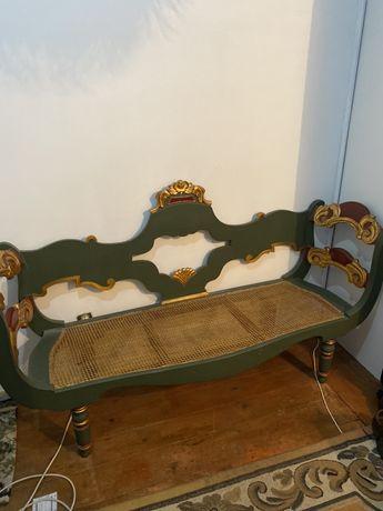 Canapé dourado em palhinha