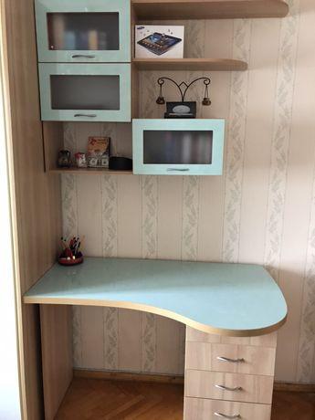 Современный письменный стол с настенными полочками.