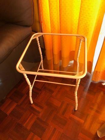 Mesa em ferro com parte superior em vidro