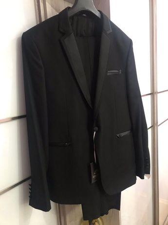 Новий чоловічий костюм смокінг.
