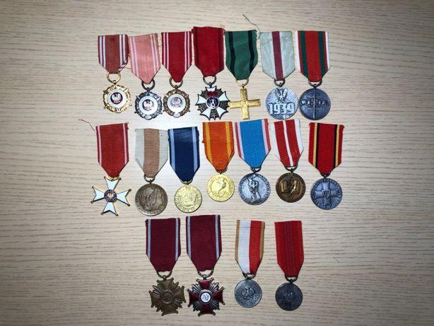 Kolekcja medali i odznaczeń legitymacje pudełka wyprzedaż kolekcji