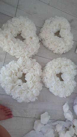 Cztery serca o jednym rozmiarze ze sztucznych białych róż