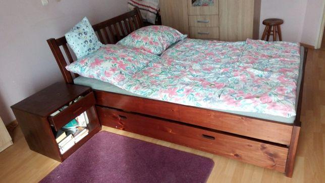 łóżko drewniane podwójne 140 x 200 cm z dwoma szafkami nocnymi