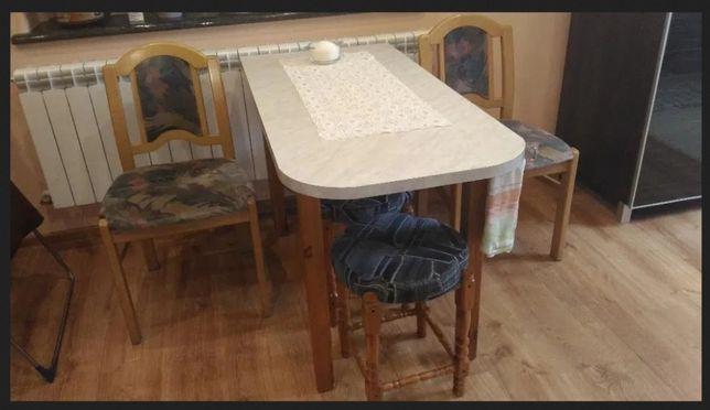 Stół + 2 krzesła + 3 taborety