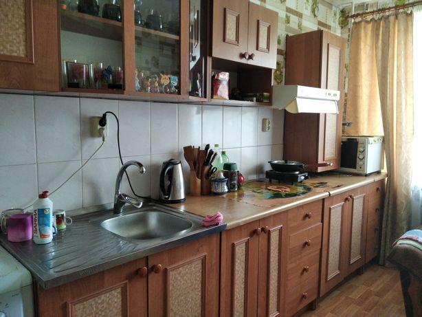 Кухонна стіна горіхового кольору