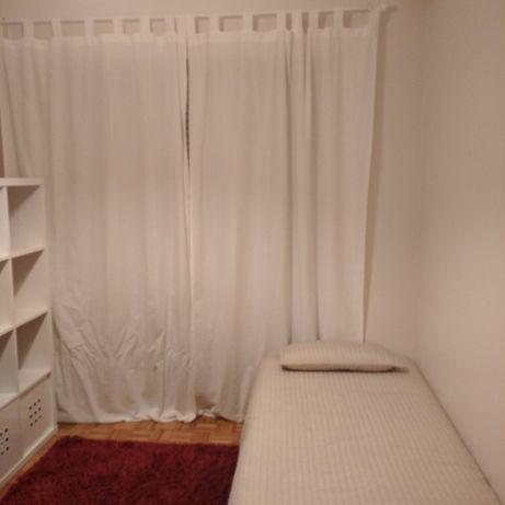 Quarto com varanda para rapariga estudante. Inclui uso cozinha e sala.