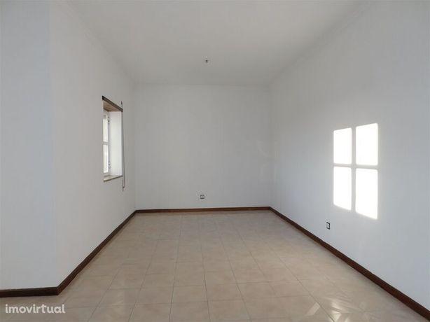 Apartamento em bom estado T3 Gouveia