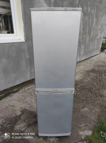 Холодильник вузький Samsung.