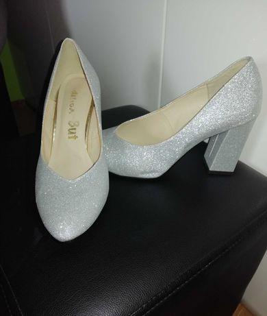 Buty srebrne błyszczące na słupku roz 40