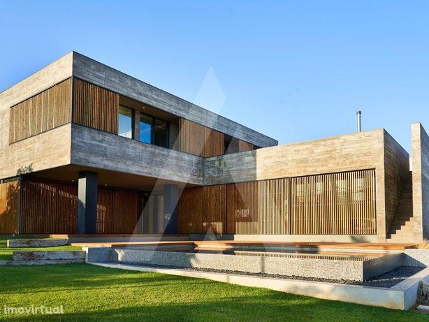Moradia de luxo, de arquitectura contemporânea, frente Go...