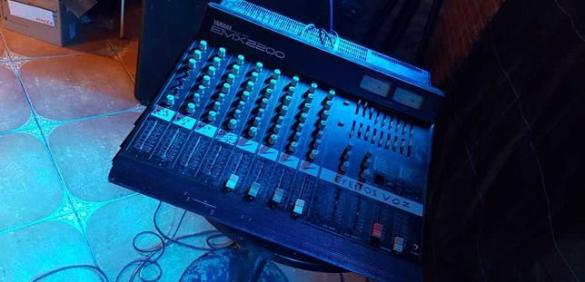 Mesa de Som amplificada Yamaha EMX 2200