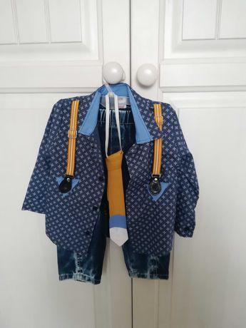 Koszula, krawat i spodnie jeansowe