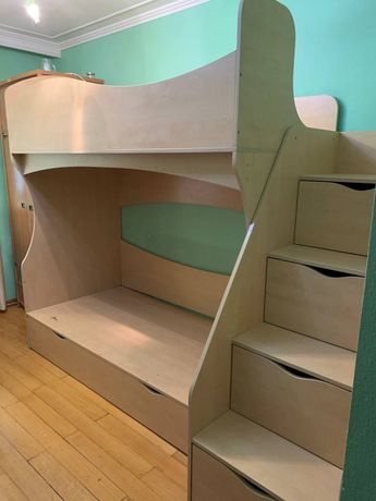 Двохповерхове ліжко з ступеньками-шуфлядами