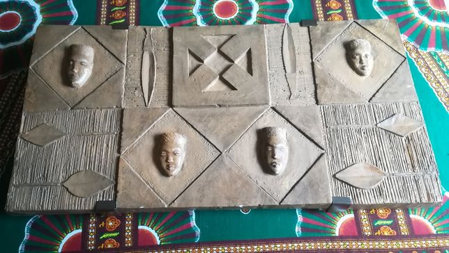 Baixo relevo máscaras africanas