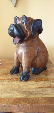 Cudny drewniany pies