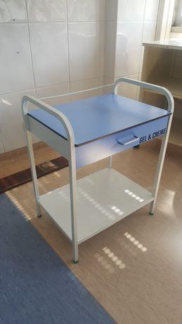 Mesa de apoio de clínica.
