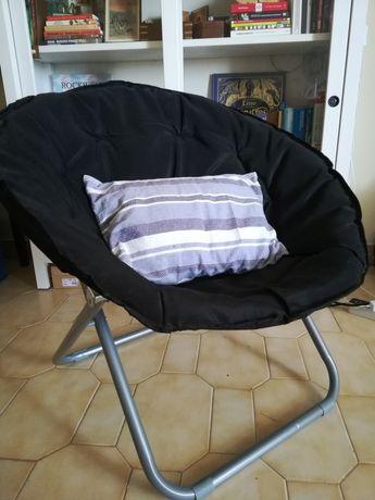 Cadeiras ao ar livre. Tecido preto.