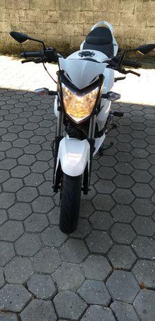 Moto Sym Wolf 125 + 2 capacetes L52 + 2 pares luvas