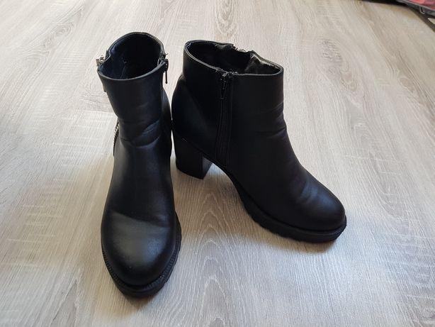 Czarne buty, botki z zamkami na obcesie Cropp 39