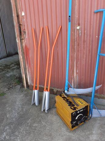 Pas de jardineiro com duas alavancas para abrir buracos na solo