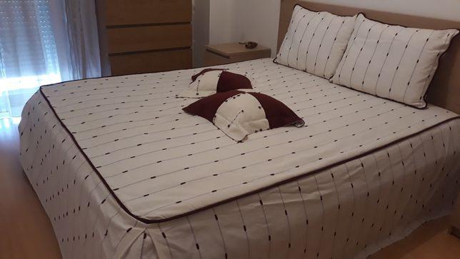 Colcha cama casal 1.60m e cortinados