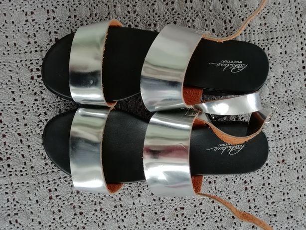 Bardzo lekkie srebrne sandały na piankowej podeszwie 39 25,5cm
