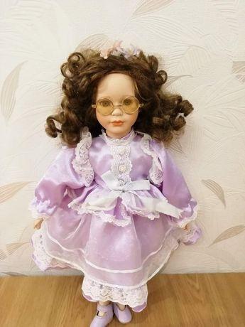 Lalka porcalanowa dziewczynka w okularach