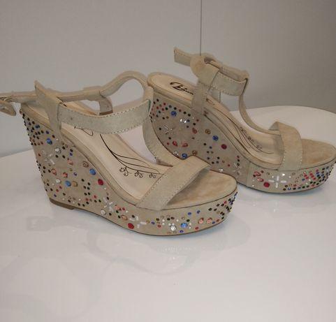Buty, sandałki zdobione na koturnie firmy Bata rozmiar 36