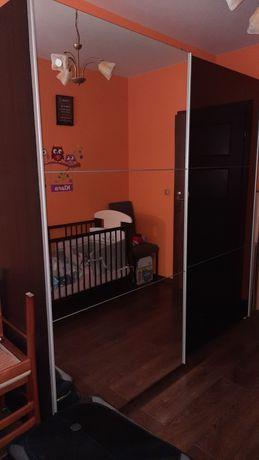 Szafa z drzwiami przesuwnymi- lustra i wysoki połysk